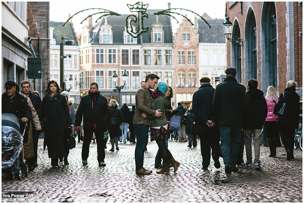 Engagement session in Bruges during Christmas market