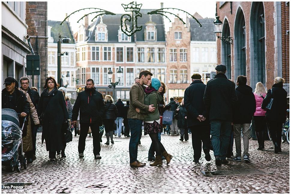 Engagement session in Bruges during Christmas market