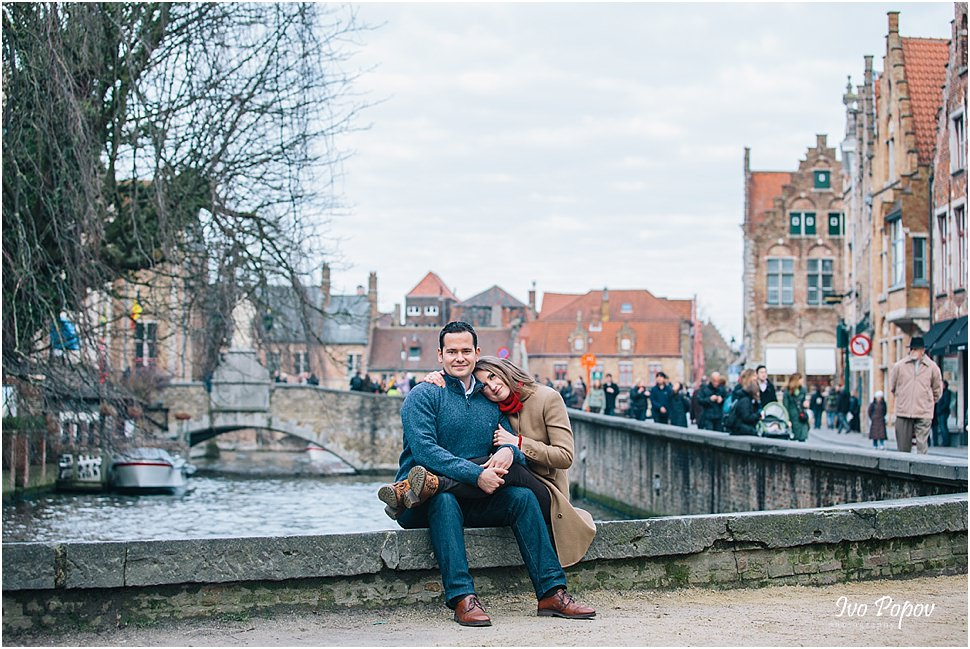 Couple portrait on a bridge in Bruges