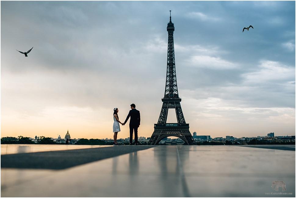 Sunrise engagement photo session in Paris