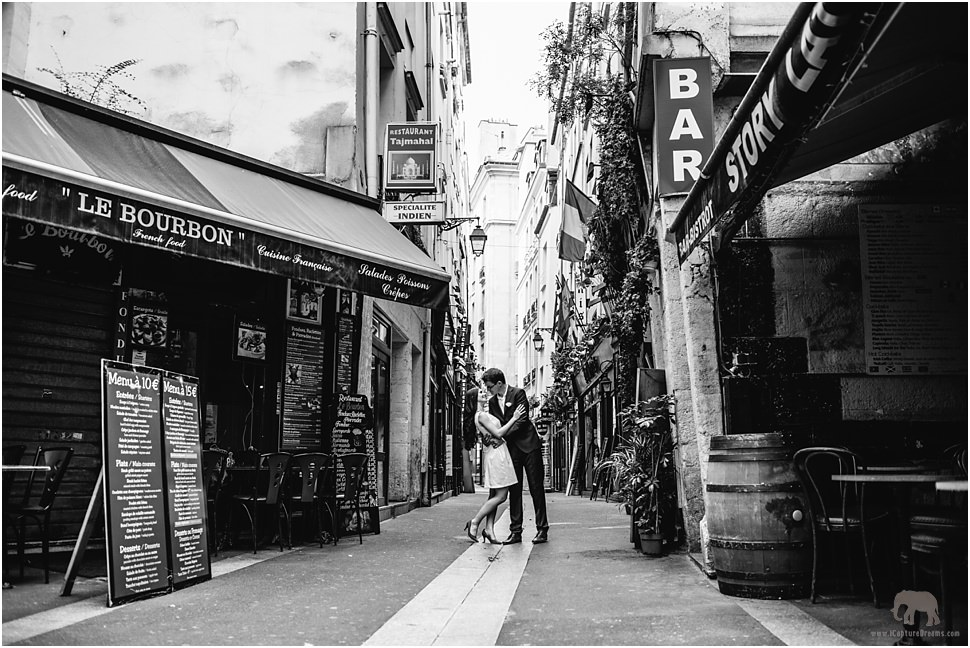 Romantic images around the small streets of Paris