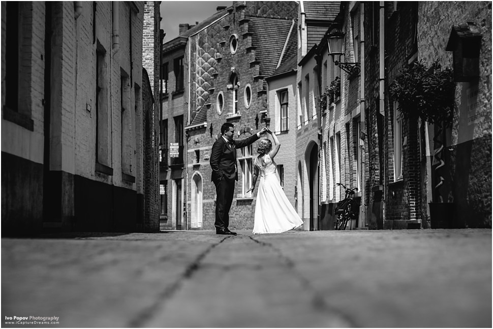 Wedding couple dancing in Bruges