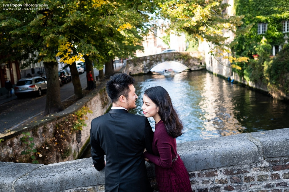 Romantic moment on a bridge in Bruges