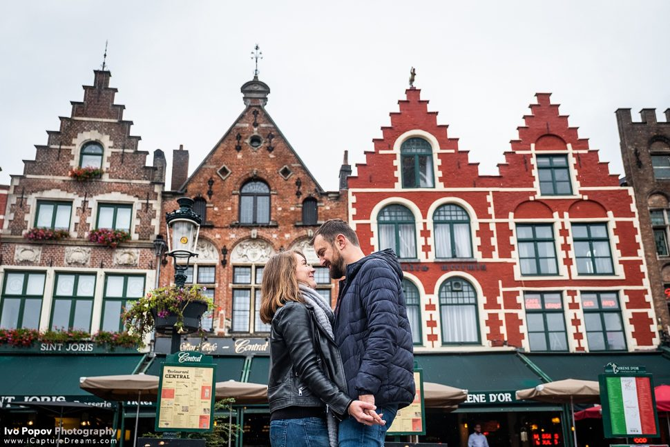 Couple posing for photos in the city centre in Bruges